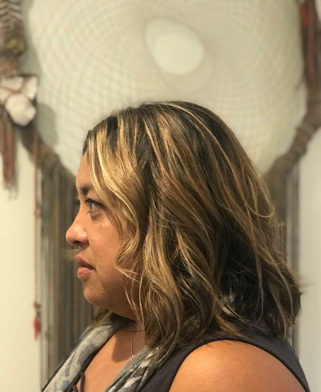 Natural highlights and texture  Cut • Color • Style @zenabeautybar . . . #beautybarmaui #zenahair #blondehighlights #texturedbob #beachwaves #hawaiihair #mauihairstylist