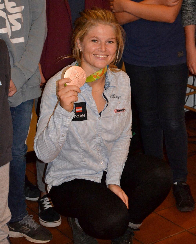 Katja med medaljen.JPG