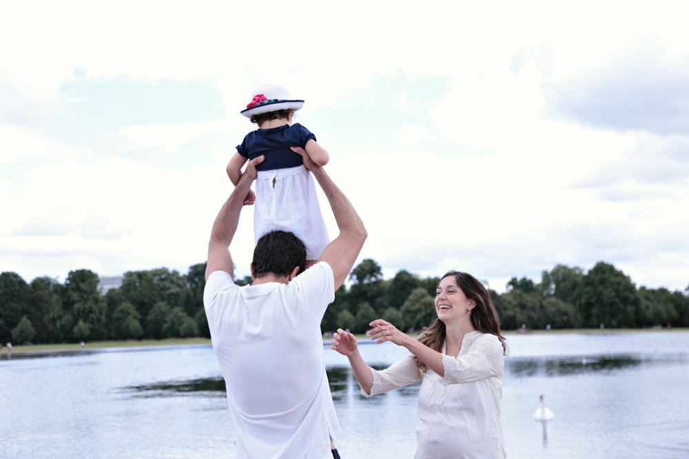 Family walks by the lake in Kensington! / www.pophotography.co.uk