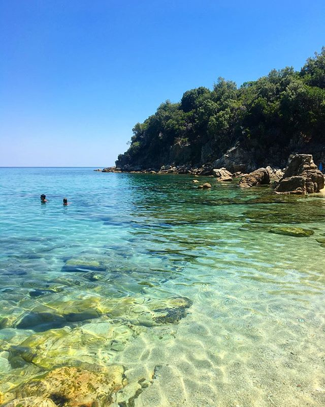 Beach therapy all day long 📍  #summer#summeringreece#visitgreece#beach#bloominlondoningreece#bloominlondontravels#summertime#memories#traveling#enjoyeverymoment#