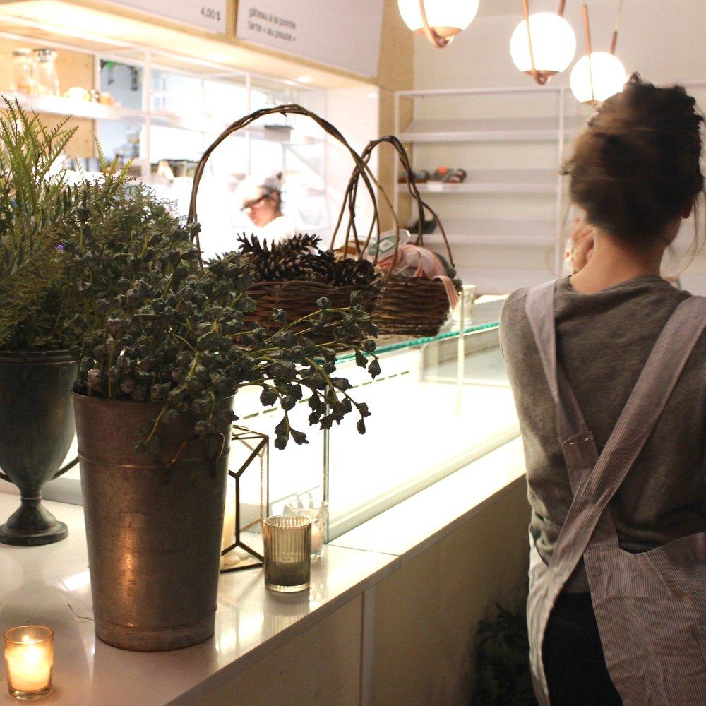 Les cours - MasterclassDécouvrez les dessous du monde de l'entrepreneuriat floral lors d'une journée de formation complète.Le prochain cours est en juilletCours privésFleuristes en herbe, faites une entrée en douceur dans le monde des fleurs. Passez la journée en compagnie d'Anaïs dans son atelier et cultivez-vous sur les sujets de votre choix.Contactez- nous pour en savoir plus sur les cours 1:1