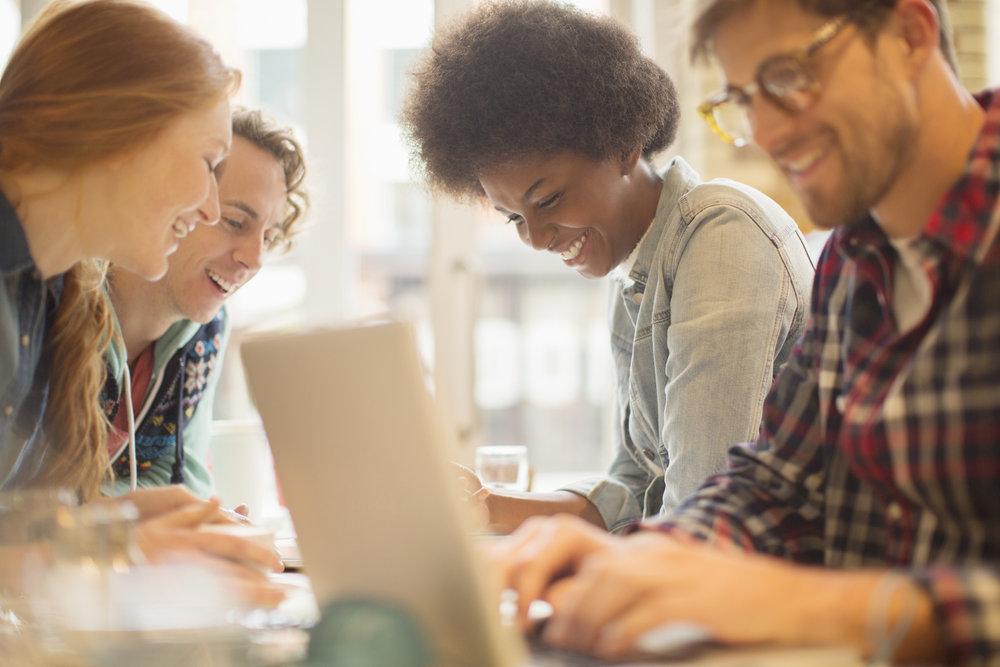 EN PETITS GROUPES - Nos formateurs vous accueillent en petits groupes de 5 à 10 élèves pour garantir proximité et échange.Ici on ne s'adresse pas à une classe, mais à vous.