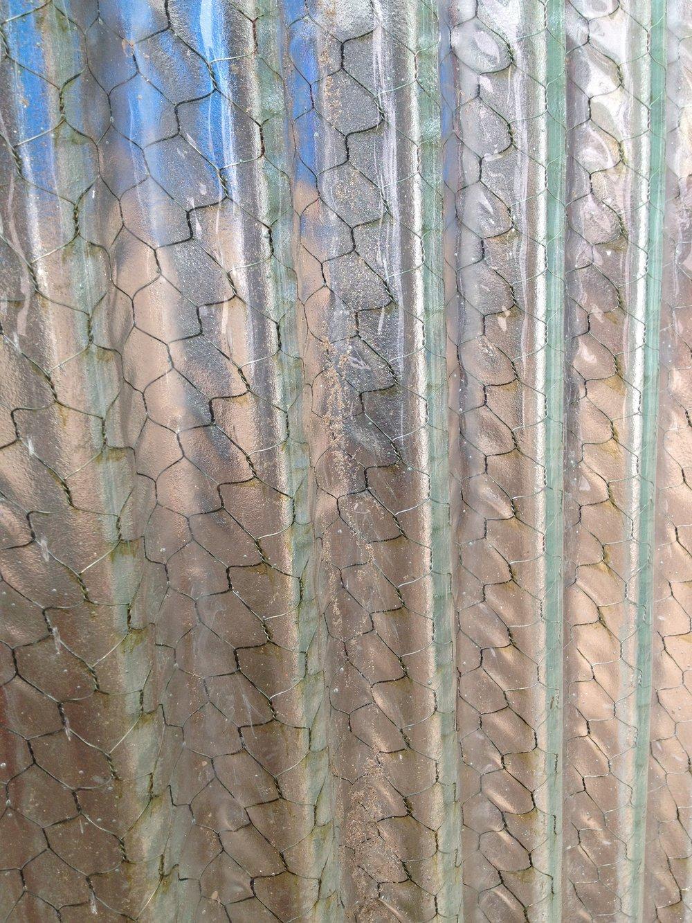 Hammered Chicken Wire Glass - Dolgular.com