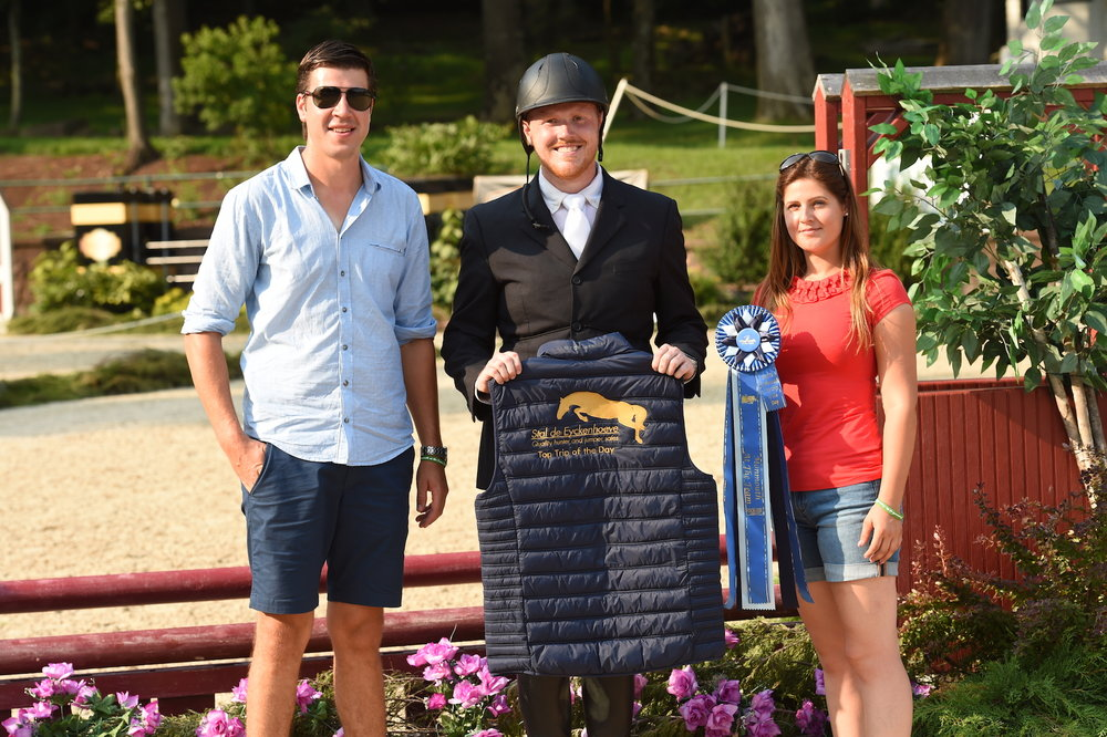 Niels Haesen and Maxime Tyteca present the Top Trip of the Day Award, sponsored by Stal de Eyckenhoeve to Justin Williamson. Photo by Anne Gittins Photography
