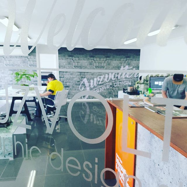 Our internal #welcomesign 》#etchedvinyl with computer cut letttering. #classy #juzvolter #graphicdesign #designer #portfolio #commercial #taree