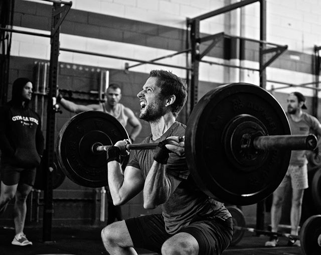 @nickcarters on the grind finishing off the #bigcleancomplex . 6 Sets: High Hang Squat Clean – Hang Squat Clean – Squat Clean – Push Press High Hang Squat Clean – Hang Squat Clean – Squat Clean – Push Jerk High Hang Squat Clean – Hang Squat Clean – Squat Clean – Split Jerk . @comptrain.co #crossfit #weightsmeetcardio #touchngo