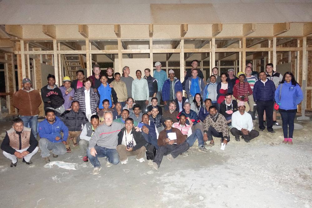 Das komplette Aufbauteam der Häuser für Children Nepal in den Bergen von Pokhara, Nepal