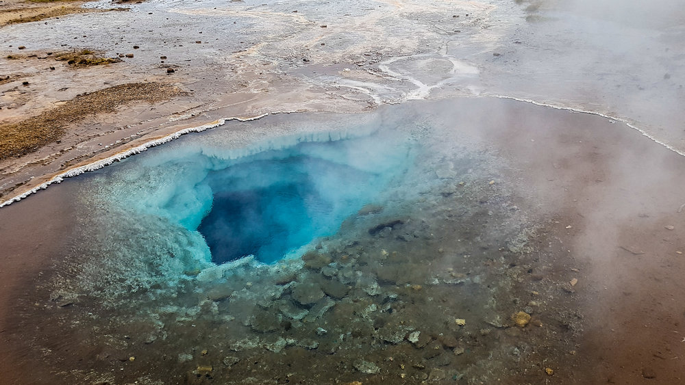 Changes in the activity of  Geysir  and the surrounding geysers are strongly related to  earthquake  activity.