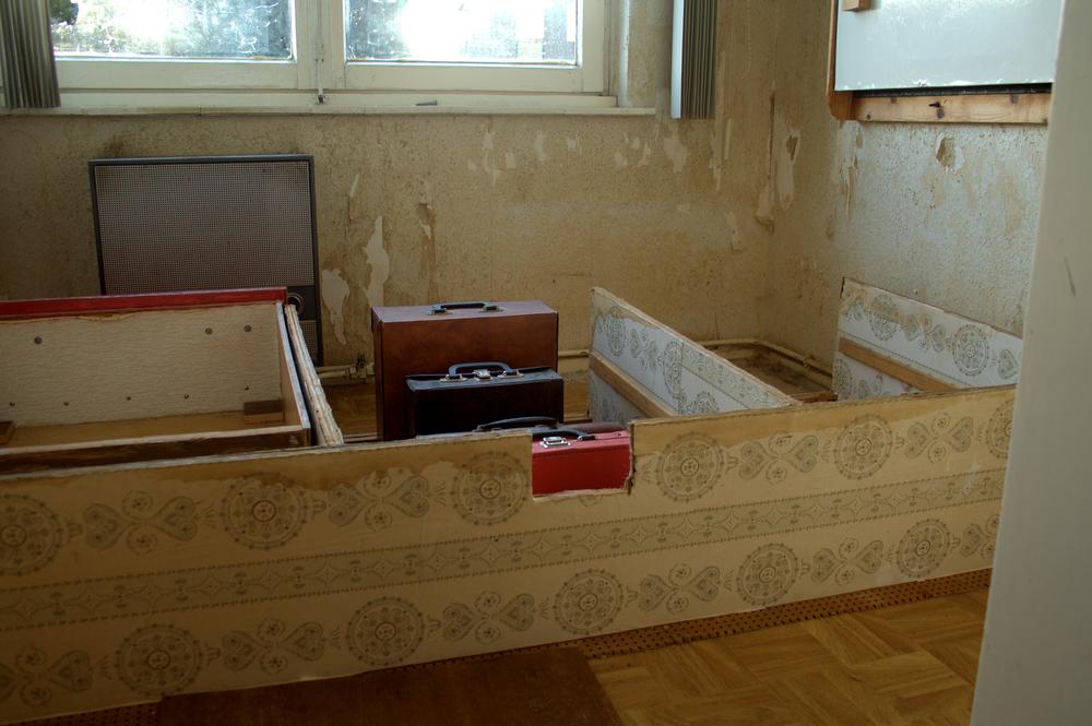 Compositie 4, 100x120cm, hout, leer, behang, 2013, Landgraaf