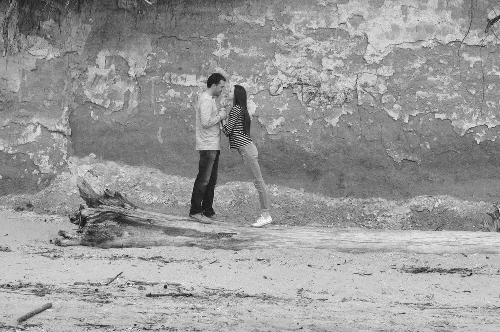 chesapeake-beach-engagement-session perched b-w.jpg