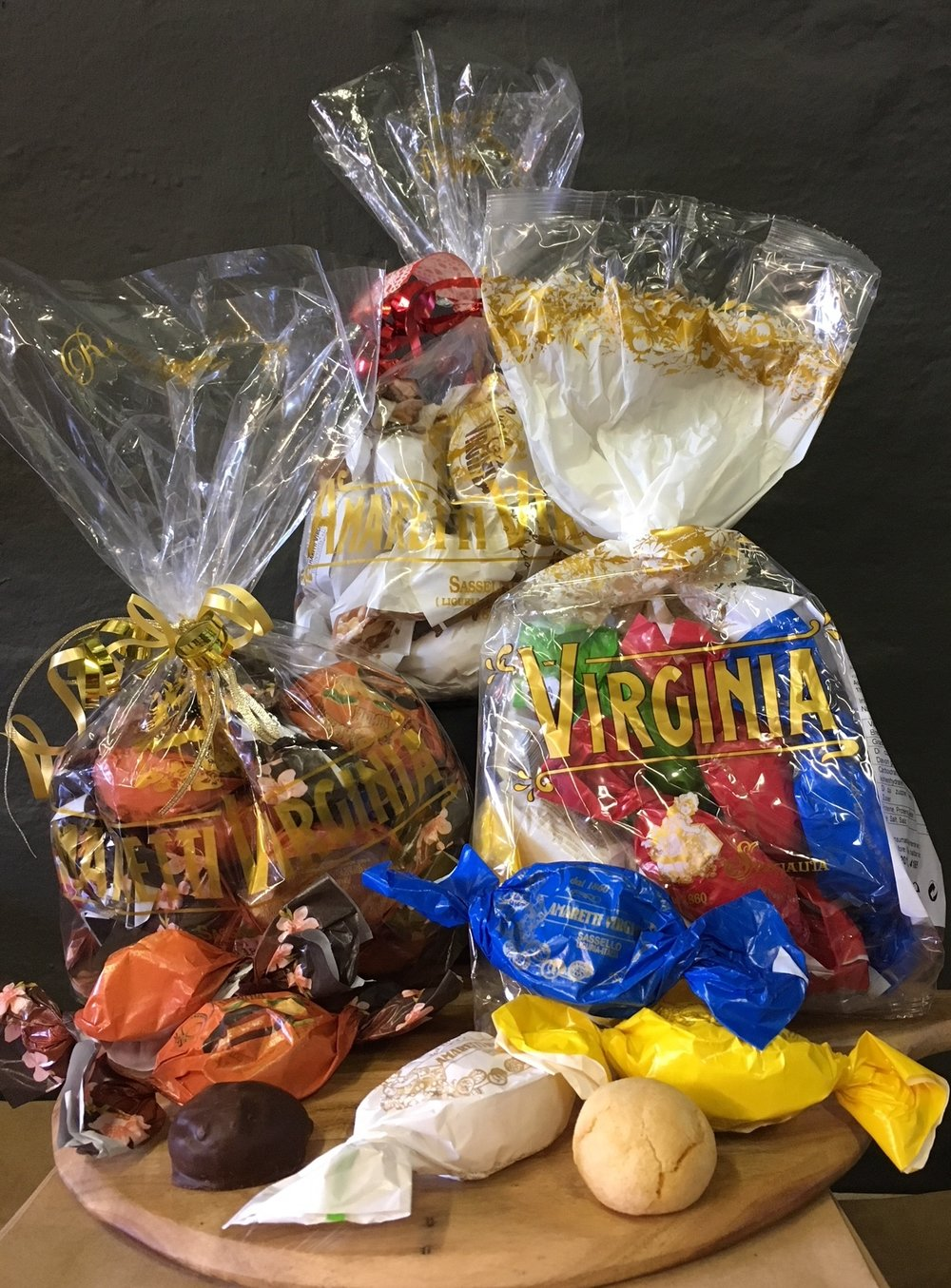 Assorted gift bags in the following varieties    - soft amaretti    - crunchy amaretti     - chocolate-coated chocolate biscuits with apricot filling     - biscuits with chocolate cream and hazelnut cream filling