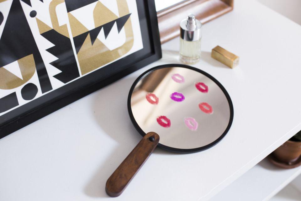 lips-hand-mirror.jpg