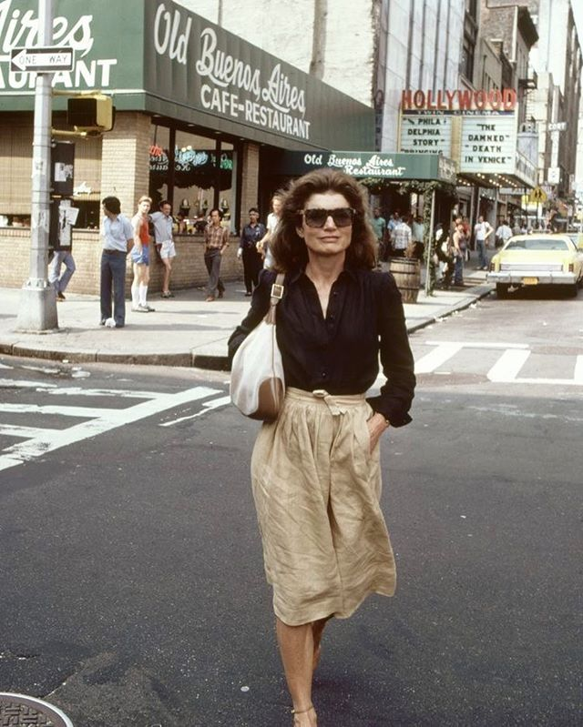 for the remainder of this summer I'll be taking my inspiration from the endlessly chic Jacqueline Onassis, otherwise known as Jackie O, or Jackie Kennedy ... whichever name you call her doesn't change the fact that she is utter perfection in oversize glasses, a rumpled linen skirt and a timeless Gucci bag 😎