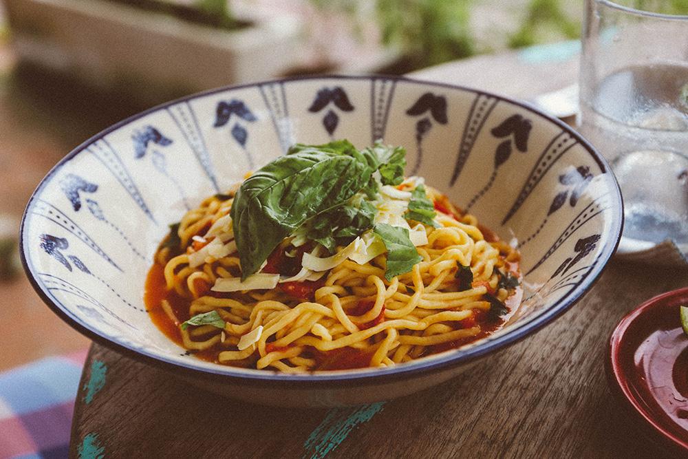 En deze pasta van mij was hemels; perfect al dente, zachte mozzarella, verse tomaat en basilicum. Dit kostte €5,67.  And this pasta mine was heavenly;perfectly al dente, soft mozzarella, fresh tomato and basil.This cost € 5.67.