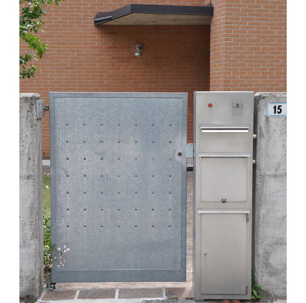 Dettaglio portoncino d'ingresso della casa unifamiliare di Cogollo del Cengio