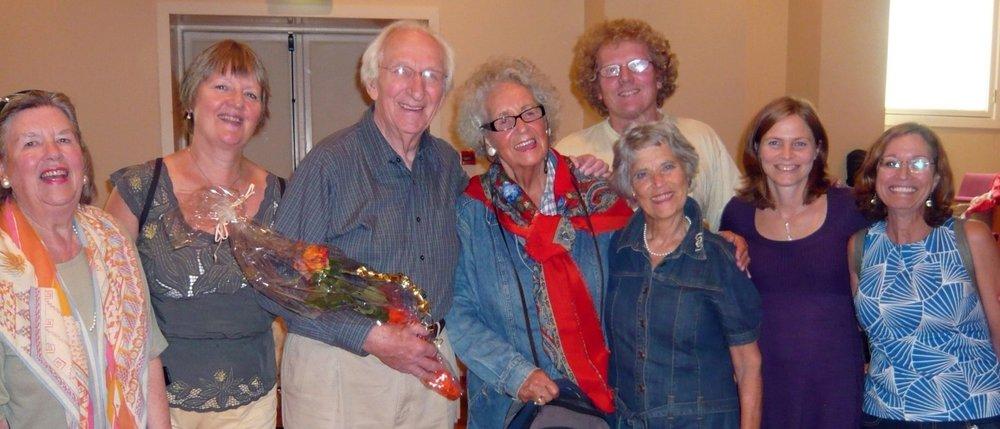 Clive Robbins i Bergen i 2008, med nokre av musikkterapiens pionerar frå 1950- og 1960 talet, og tre av dei som var med på å etablere universitetsfaget i 2006. Foto: Gudrun Sylte/På Høyden.