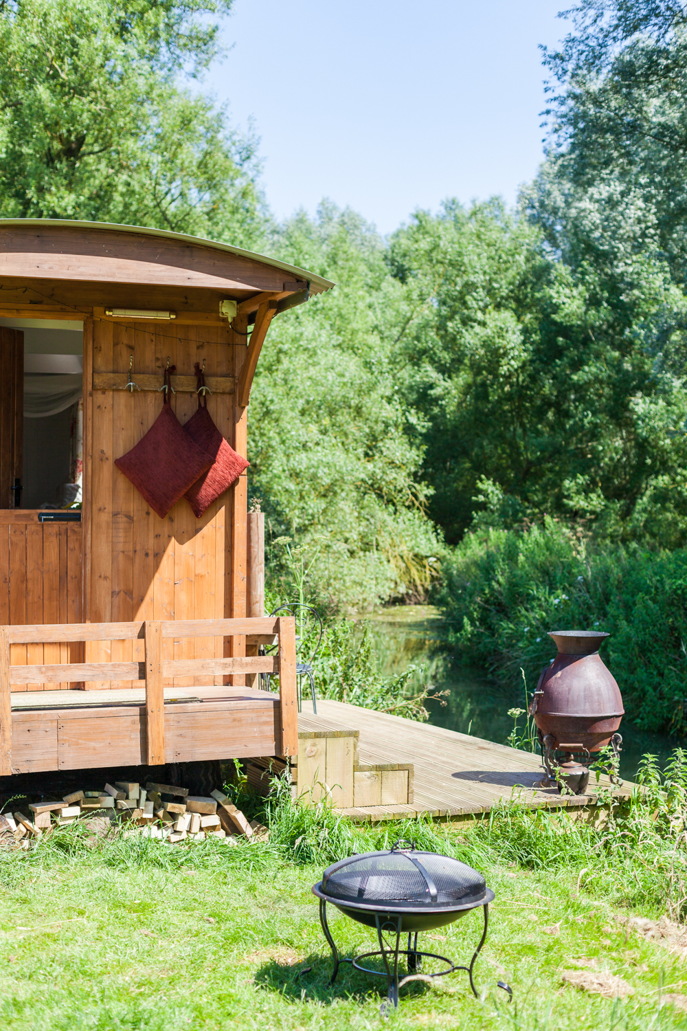 Showing the shepherds hut is right by the River Cherwell