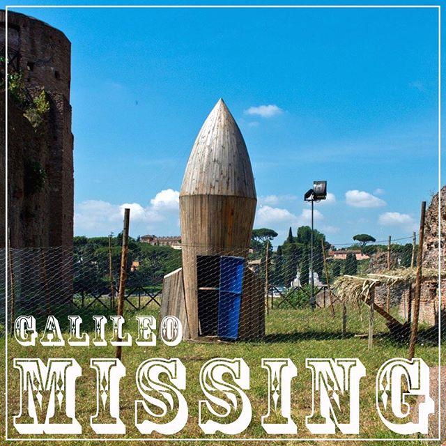 """IMPORTANTE ~ Stiamo cercando Galileo. Questo magnifico esemplare di 'Gallus Sinae' faceva parte della mostra #partibiromanihil ed è scomparso in circostanze misteriose nella notte del 24 ottobre 2016. È stato avvistato per l'ultima volta nel suo """"pollaio sputnik"""" in compagnia delle altre galline dell'opera di Petrit Halilaj. Chi dovesse avere informazioni utili al suo ritrovamento puó mettersi in contatto con info@partibiromanihil.com Condividi!🐓#partibiromanihil"""