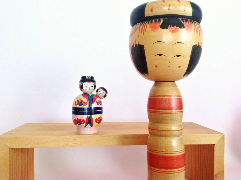"""Coiffure """"Mage hair"""" pour ces deux poupées : une baby-sitter (par Takada Shiyo) à gauche, et à droite, une poupée plus classique (par Niiyama Sakae Goro)."""