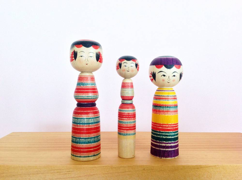 Rayures sur l'ensemble du corps : les deux à gauche ont le taille marquée (par Sato Seiko), mais pas celle de droite (par Sato Hideyuki). Les deux artisans sont de la même famille : le père a formé son fils.