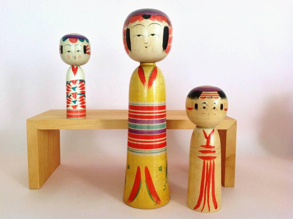 Détails de kimono sur ces poupées par trois artisans différents. Celle de gauche est une reproduction d'un design ancien, réalisé par le petit-fils de l'artisan originel.
