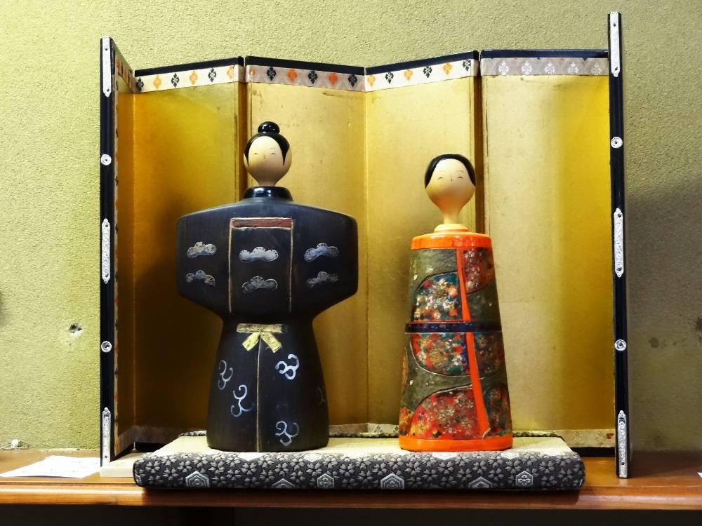 Couple de kokeshi typique des poupées mise en avant pour le HInamatsuri, la fête des filles au Japon.