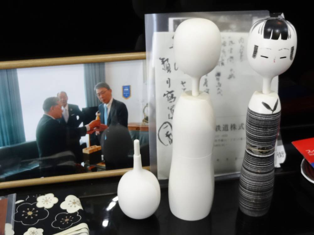 Différentes étapes de son travail. Il produisait ce modèle de kokeshi quand nous l'avons rencontré, en mars 2014.