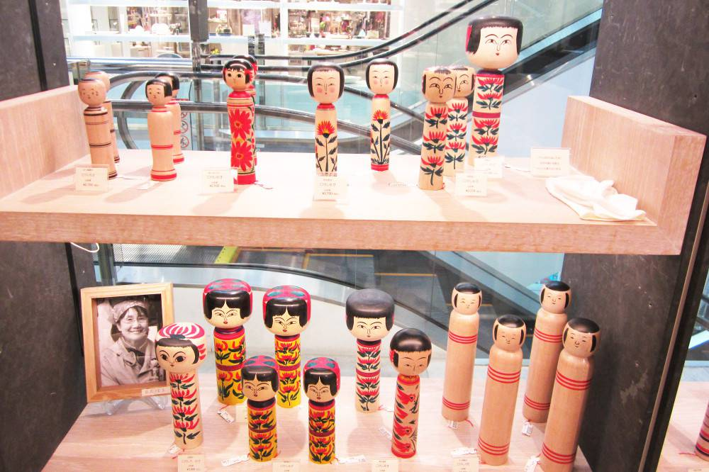 Kokeshi traditionnelles d'Akita et de Fukushima. Notez les gants blancs pour éviter d'abîmer les couleurs des poupées non vernies !