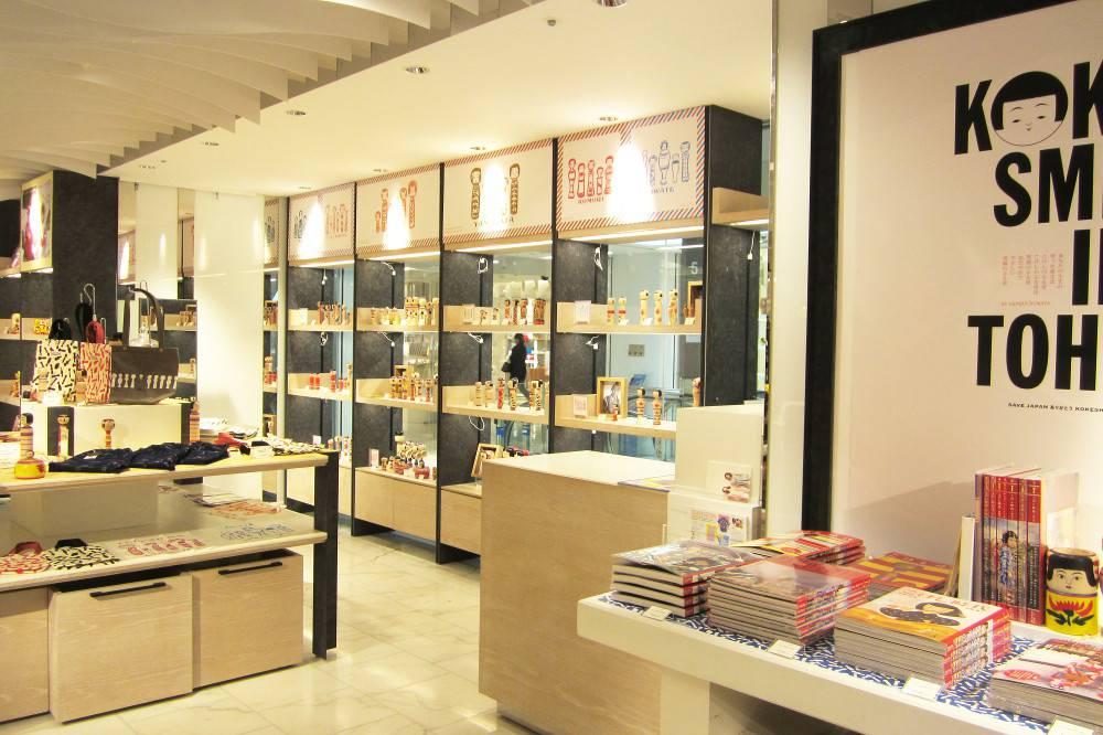 L'exposition est une collaboration entre le grand magasin Isetan et la boutique de kokeshi et de matryoshka, Kokeshka. Kokeshka est aussi l'éditeur de Kokeshi Jidai, un magazine spécialisé dont on voit différents numéros en présentation.
