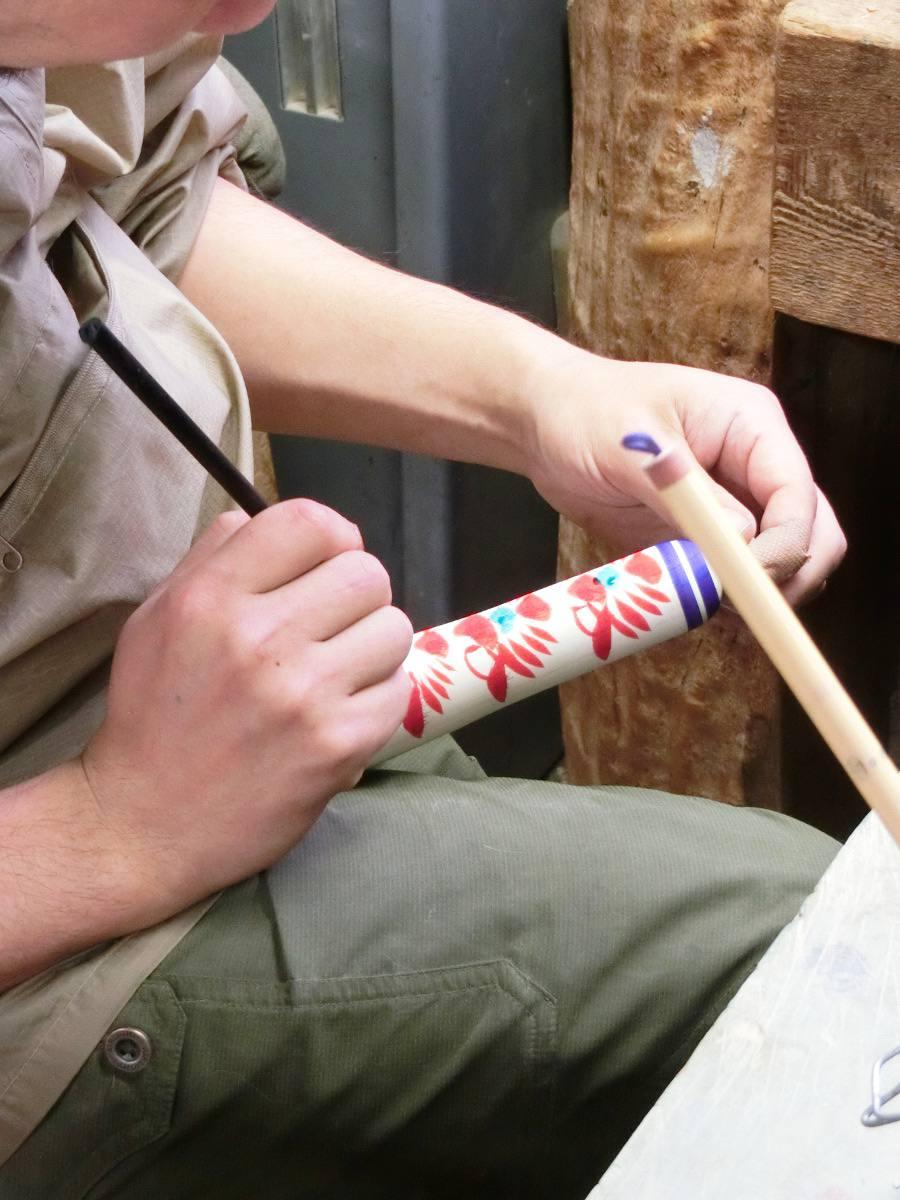 Peinture des motifs dans le style Togatta. / Painting body patterns in Togatta style.