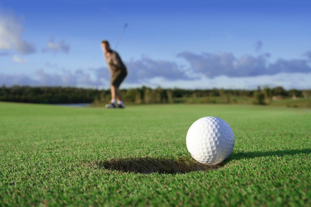 Jangan menghadiri undangan bermain  golf  jika Anda belum paham dasar-dasar bermain  golf  yang baik dan benar. Hal ini hanya akan mempermalukan diri Anda dan menjatuhkan nama perusahaan. Sebagaimana sebuah bisnis, bila ingin menggelutinya, Anda harus memahami dasar-dasar bisnis itu sendiri. Meski terlihat sepele, rekan bisnis akan memperhatikan dan menilai Anda secara diam-diam.  Bagi Anda yang masih pemula, sebaiknya segera  mencari pelatih/trainer yang tepat  dan profesional. Di bawah bimbingan seorang trainer, Anda akan mempelajari  golf  dan terus berlatih hingga menguasainya. Ini sangat penting untuk mempersiapkan diri jika sewaktu-waktu rekan bisnis mengajak Anda bermain  golf  bersama.      3.     Jaga diri Anda dari emosi berlebihan