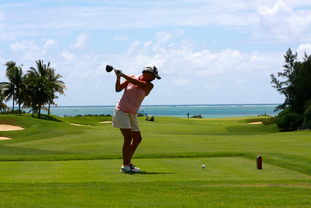 Lapangan  golf  bukanlah tempat untuk mengungkapkan isi hati maupun meluapkan emosi Anda. Jaga diri Anda dari emosi berlebihan. Jangan sampai kata-kata kotor atau sumpah serapah keluar dari mulut Anda. Hal itu hanya akan membuat Anda terlihat bodoh dan tidak berkarakter.    Sebaliknya, bersikaplah ramah dan fokus pada permainan rekan Anda bukan malah menonjolkan diri Anda sendiri. Bersikaplah sewajarnya dan tidak berlebihan karena itu akan mencerminkan bagaimana keseharian Anda.      4.     Tunjukkan sikap rendah hati