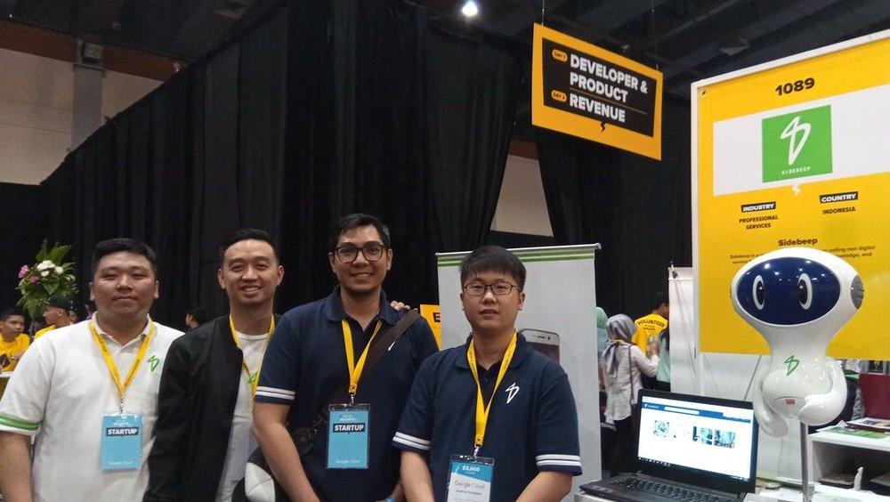 CEO Sidebeep, Henry Sutioso (paling kanan) bersama tim Sidebeep.