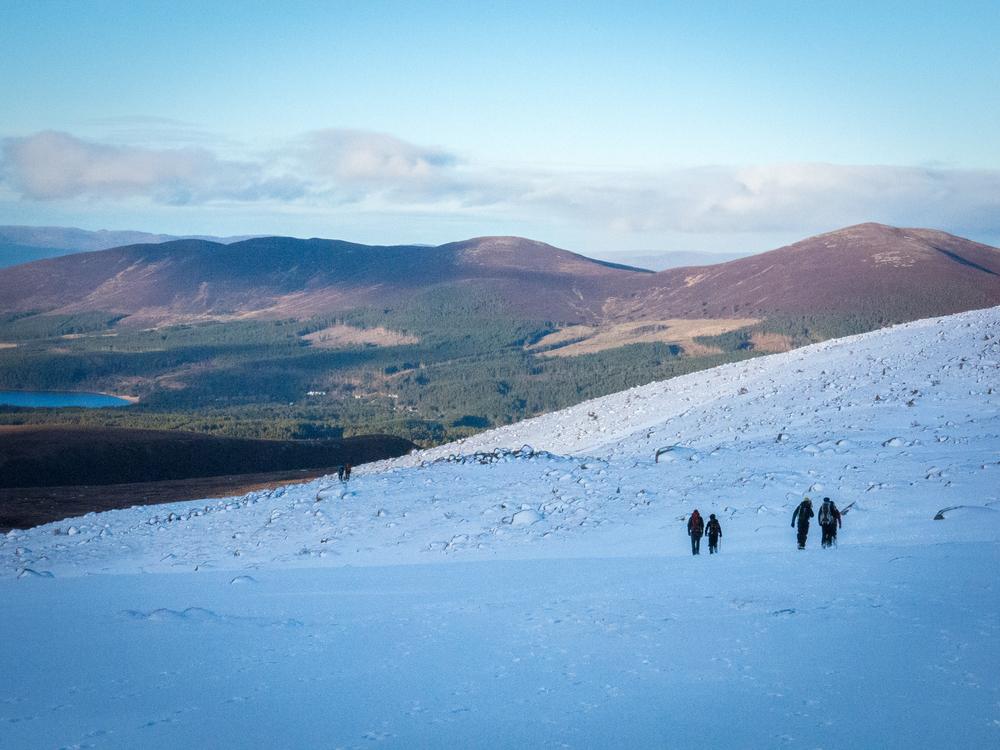 Paluu kohti Cairngormsin hiihtokeskusta - alamäkeen on hyvä mennä ja eteen aukeava lumeton skotlanti on surrealistinen näky.