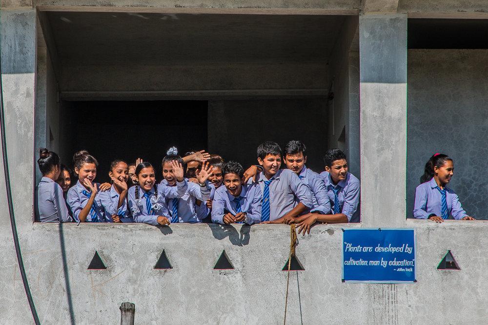 Oppilaat vilkuttelevat vierailun päätteeksi.