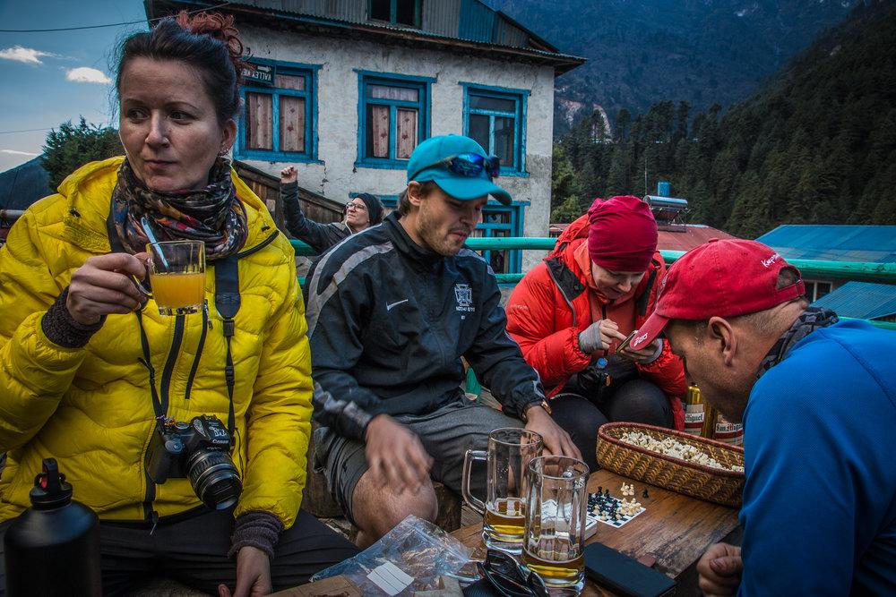 Shakkipeli Phakdingissa - Petriä harhautti milloin olut, milloin sosiaalinen media (wifi oli ilmainen tässä baarin vierustalla!). Riikalla juomana jo legendaarinen lemon ginger tea, mitä nautittiin reissulla litratolkulla.