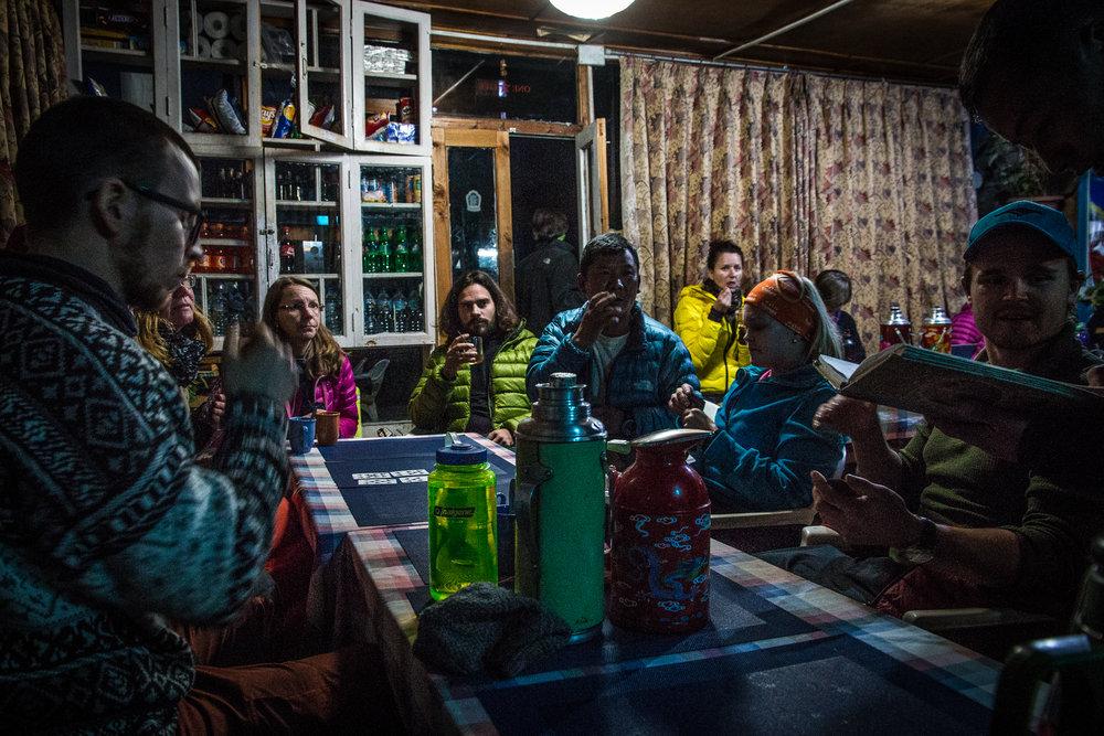 Illallisella Phakdingissa - ruokamenut kiersivät, korttia lätkittiin, teetä litkittiin ja kirjojen sivuja käänneltiin samalla kun juteltiin muiden trekkaajien kanssa