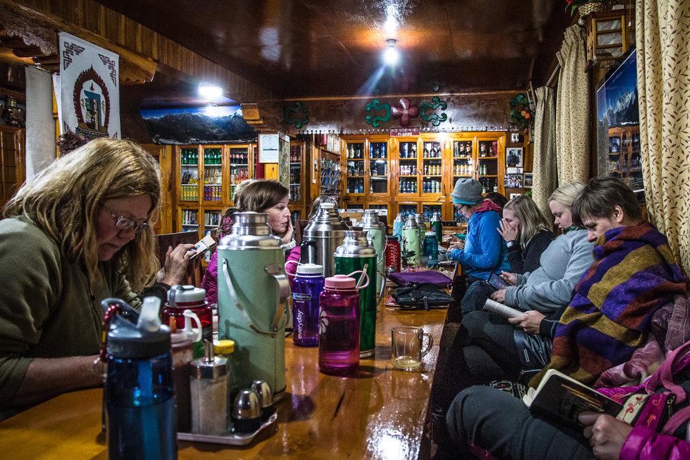 Illanviettoa Namchessa - paljon teetä, hyvät kirjat, sekä myös läheisten lähettämät tsemppiviestit toivat rytmiä illanviettoon