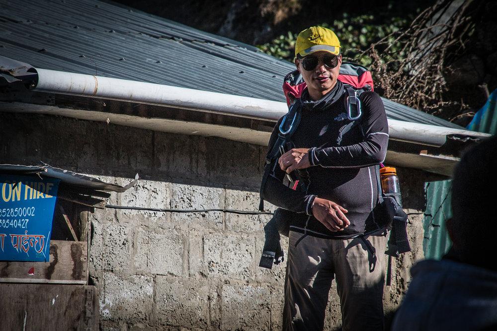 """RK aka Rice Killer - Royal Mountain Travel Nepalin apuopas, jonka lempilausahdus päivittäisen trekin lähtöaskelilla oli """"Rock'n'roll, hittaasti mutta varrmasti!"""""""