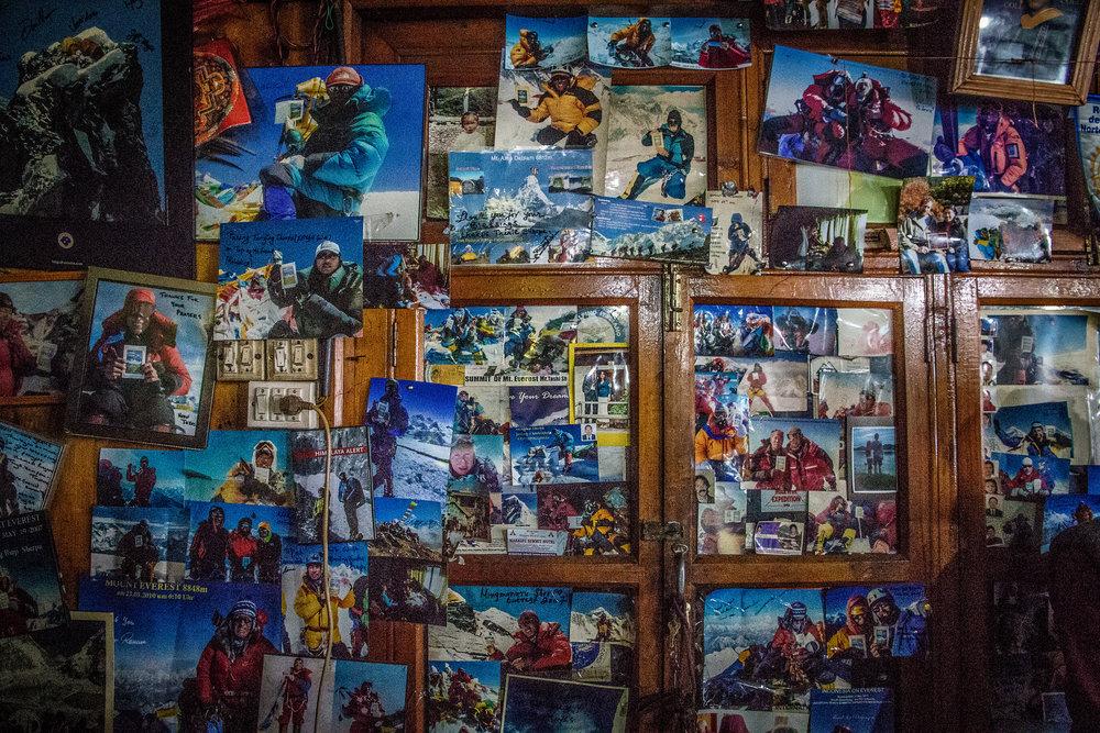 Lama Geshen luona oli kuvaseinä, jossa huiputtaneet vuorikiipeilijät lähettivät terkut Lamalle - miltei keskellä Samuli Mansikka