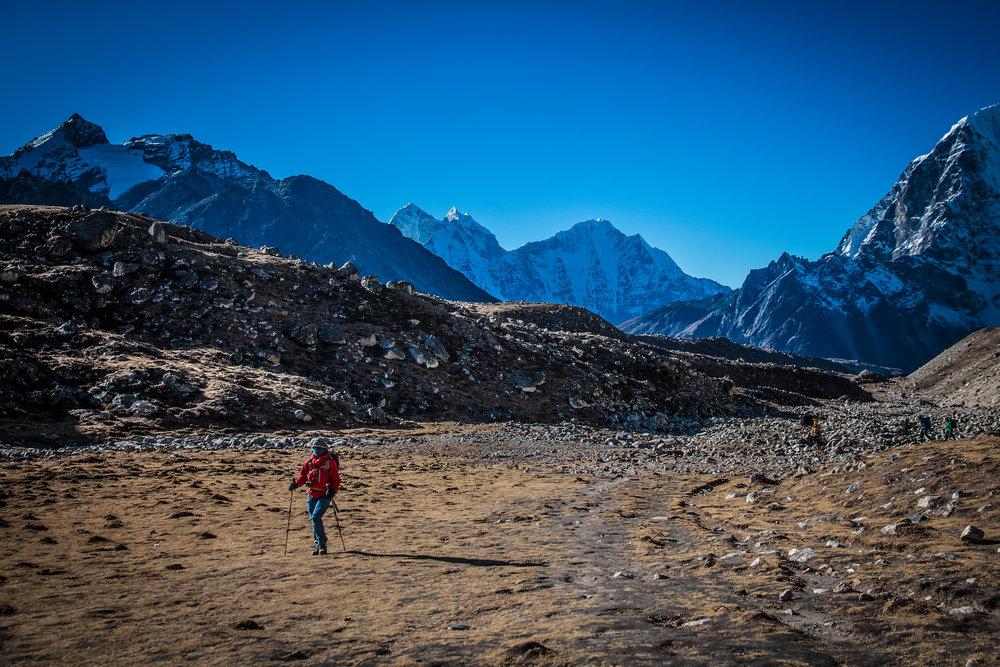 Marjo demonstroi trekkaustyyliä kaasutellessaan kohti Gorak Shepiä Khumbun jäätikön vierestä