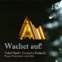 """Wachet Auf!  """"våkn opp!"""" (2010) kan sees som et varsel for vår tid, med henvisning til klimaendringer og humanitære trusler. Plata består av tre verker: Kantaten Wachet auf, ruft uns die Stimme av barokkomponist JS Bach, en motett med samme tittel skrevet av hans sønn JCF Bach, samt stykket """"Wachet auf!"""" av Ragnar Rasmussen. Bestill her"""