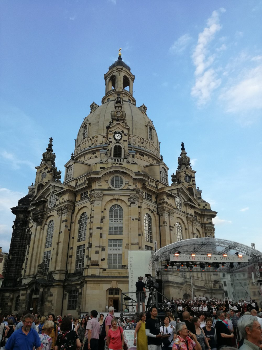 """stort oppbud av folk under utekonserten """"Dresden synger og spiller"""""""
