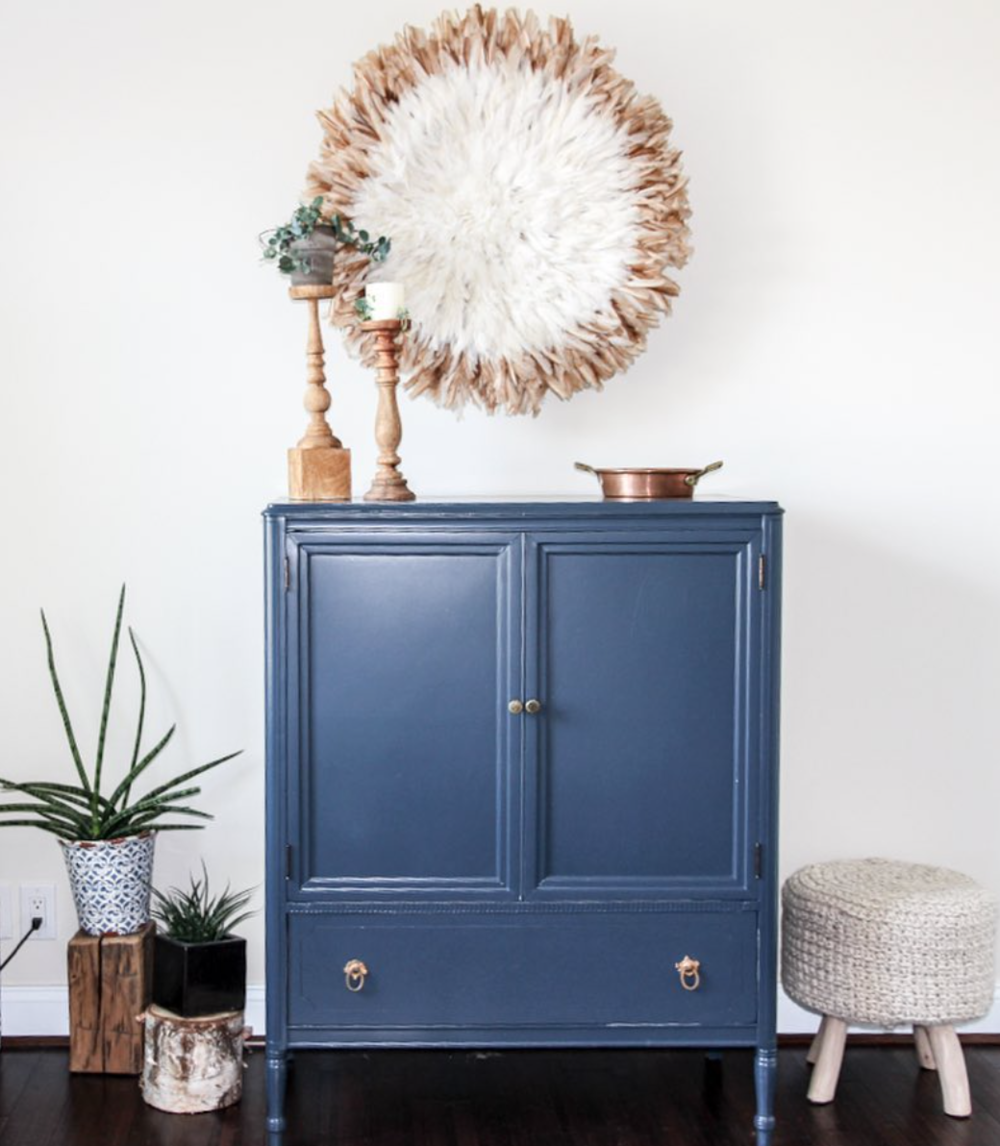 This dresser was reloved in Hale Navy/Benjamin Moore by my very talented friend Julie @simpleredesign