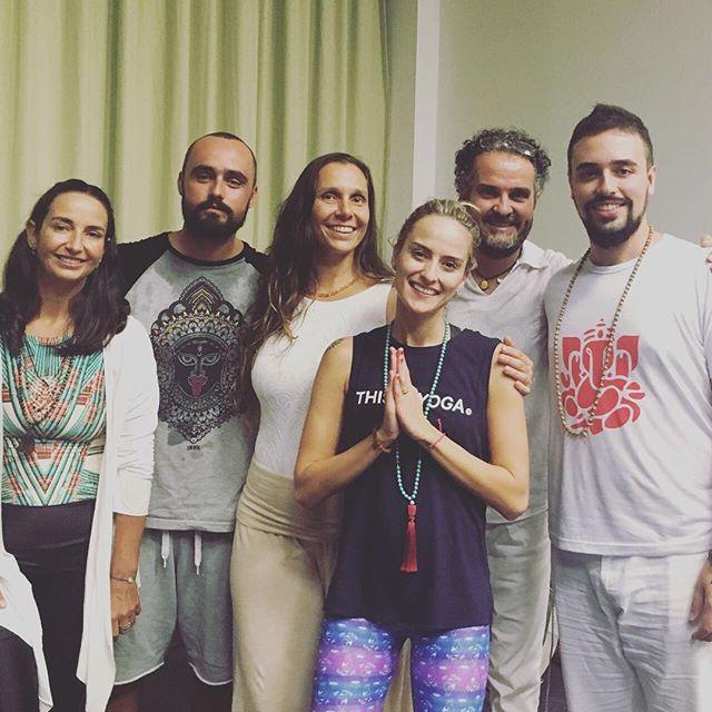 Foto depois da apresentação de encerramento do Yoga Lifestyle Br. Foi muito lindo! Energia incrível, e público mais ainda! Uma troca muito rica, muito obrigado a todos e todas que puderem comparecer e compartilhar conosco todo esse amor e alegria.  Fiquem sintonizados em nossas páginas para mais novidades que chegarão em breve! Namaste 🙏🏼🙌🏽✨💖 www.facebook.com/blackbudanamaste #blackbudanamaste #yogalifestylebr #yogainspiration #yoga #meditation #mantra #peace #love #health #blessed