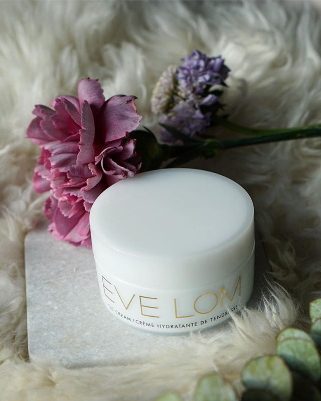 Check out latest radiance discovery via link in bio 💕  #keytoradiance ✨ • • • • • • • • #skincare #skincareroutine #skincareobsessed #skincarejunkie #ontheblog #skincarediary #skincareblogger #beauty #beautygram #beautyblogger #bbloggers #onthebedproject #evelom #spacenk #cream #eveningroutine #flowers #winterlook #sephora #combinationskin #hydration #nycliving #review #girlboss #byrdiebeauty #imtheeverygirl #flashesofdelight #itgtopshelfie #vanities