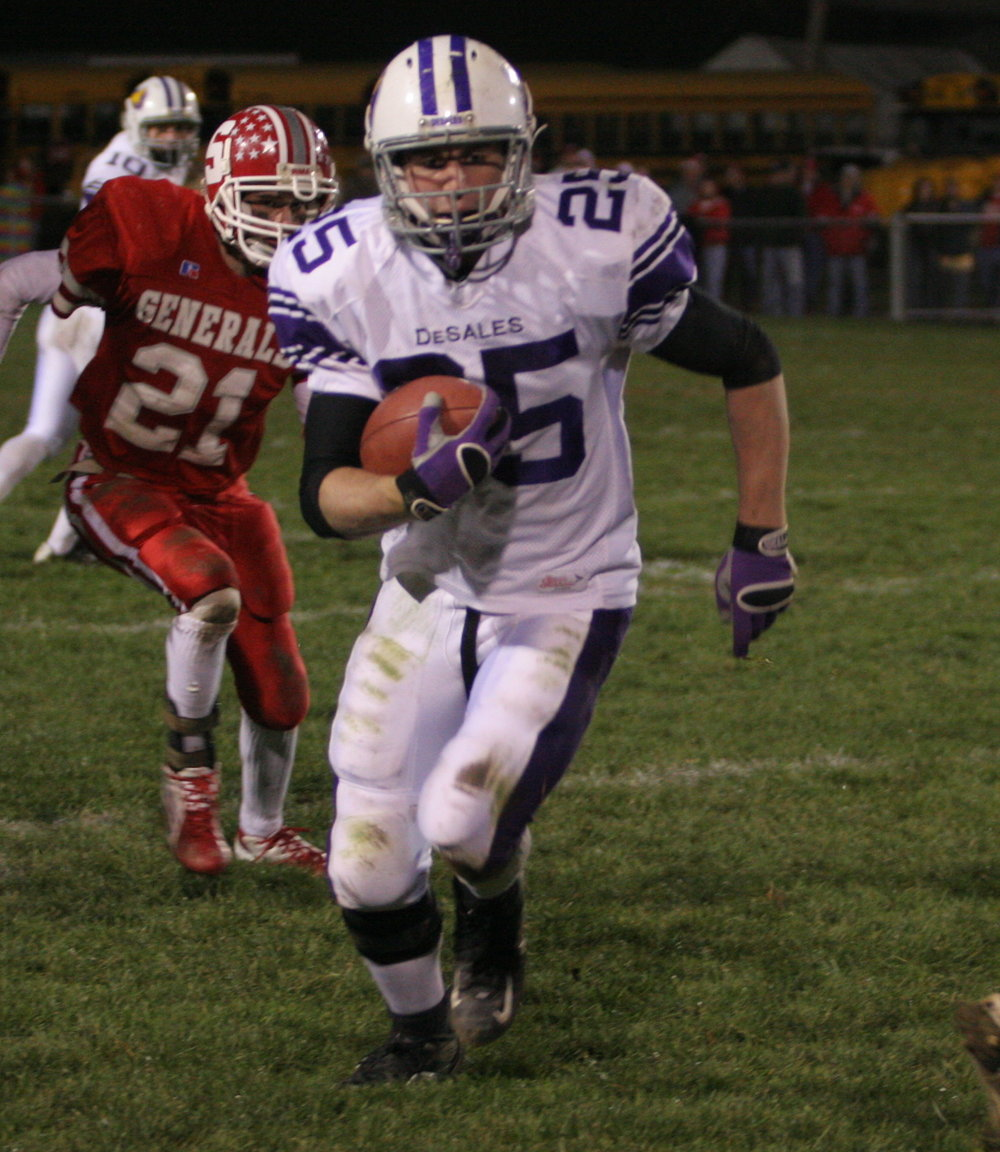 Chris Thomas rushed for 78 yards and two touchdowns in the 2005 DIII Regional Final victory over Sheridan 28-0