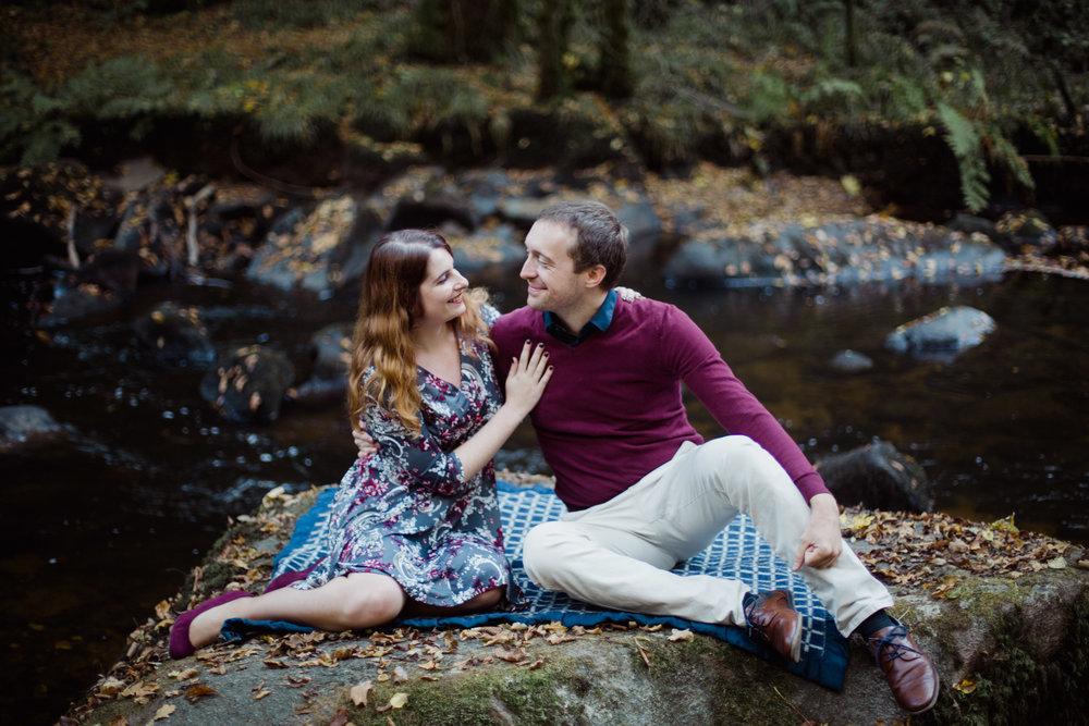 seance-photo-couple-engagement-foret-riviere-nature-Dordogne-Saut-du-chalard-PaulineMaroussiaP
