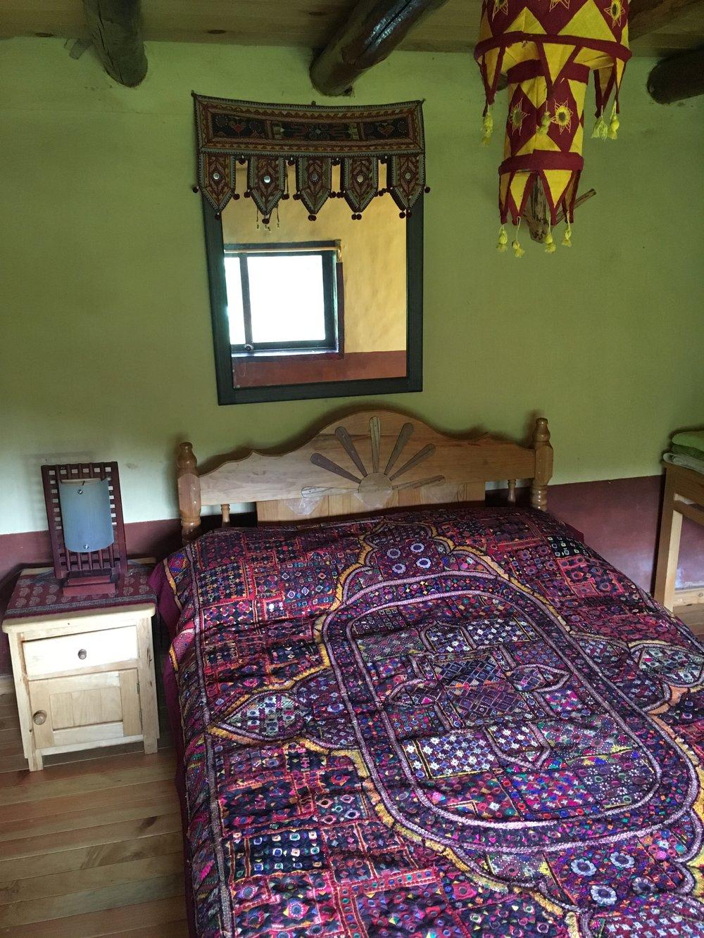 Cabaña Miradoruna cabaña muy linda de barro con su propio fuego, cama matrimonial, en un lugar tranquilo con su propio patio donde se puede ver las montañas del atardecer. Con baño propio, ecológico, afuera. Opciones de camas en el segundo piso. - 1-4 personas $850