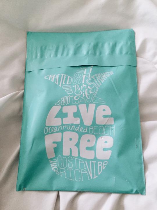 Pura Vida Bracelets ® Send you this nice plastic envelope, inside you expect to find just a little bracelet... but BOOM!
